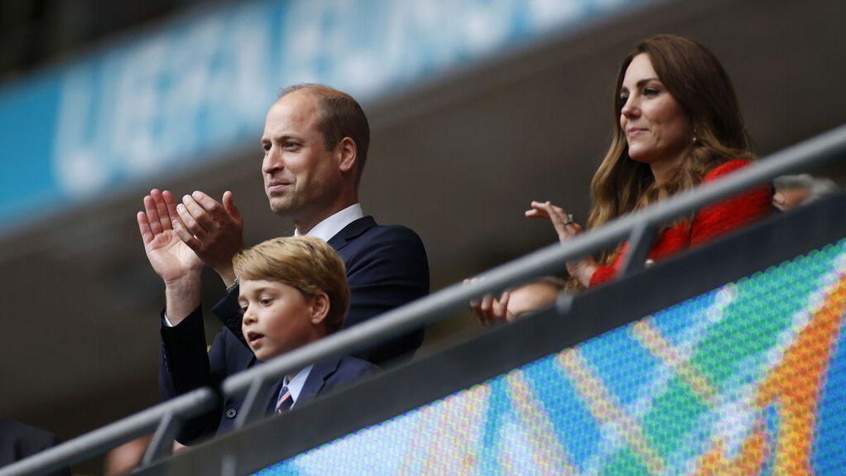 El príncipe George de Inglaterra, consolado por su padre en la grada tras la derrota ante Italia en la Eurocopa