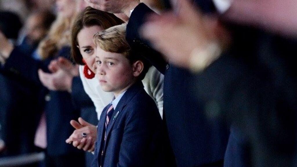 El príncipe George de Inglaterra, consolado tras la derrota ante Italia