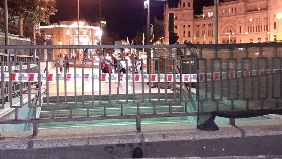 Metro de Madrid repara la puerta del Ratoncito Pérez en la estación de Banco de España