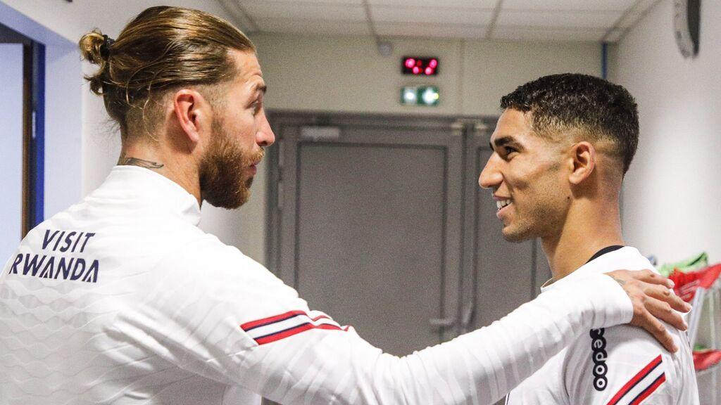 Sergio Ramos se saluda con Achraf.
