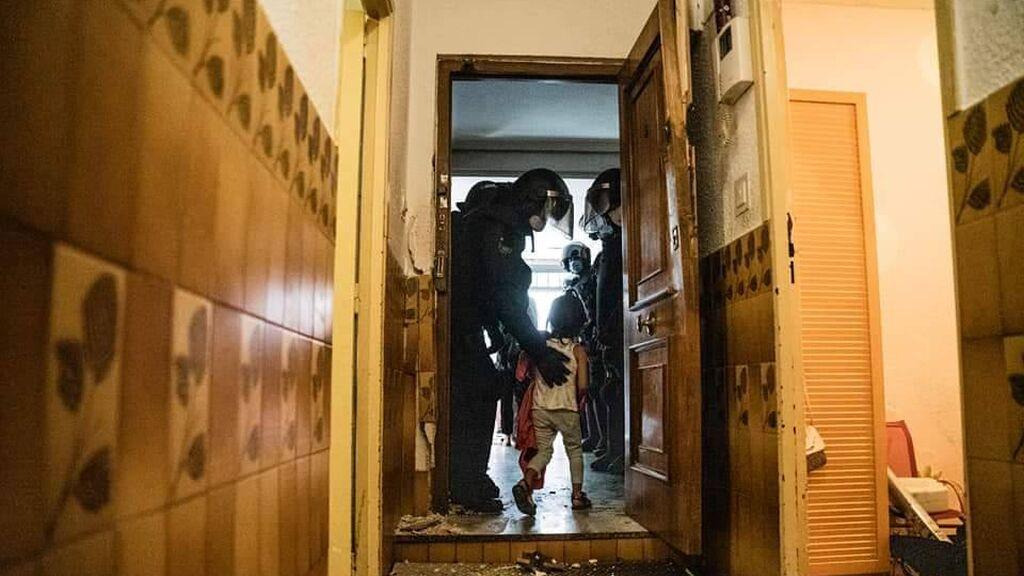Desahucian con intervención policial a una pareja y sus 4 hijos de un piso okupado de Vallecas