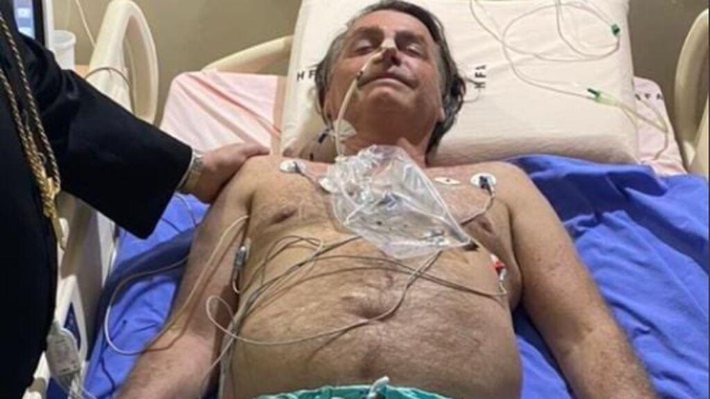 """Bolsonaro publica su foto en la cama del hospital: """"Volveremos pronto, si Dios quiere"""""""