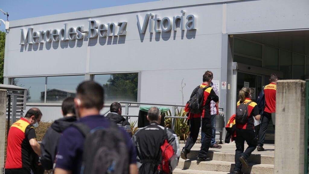 Trabajadores accediendo a la planta de Mercedes en Júndiz