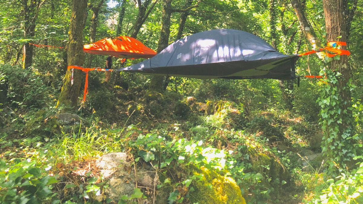 El 'treetent' o dormir colgado de un árbol, una forma diferente de acampar en un bosque de Galicia