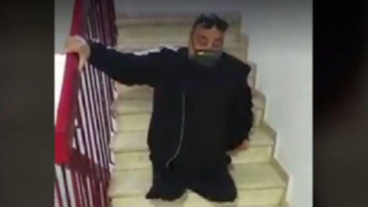Atrapado en una cuarta planta sin ascensor y con las dos piernas amputadas
