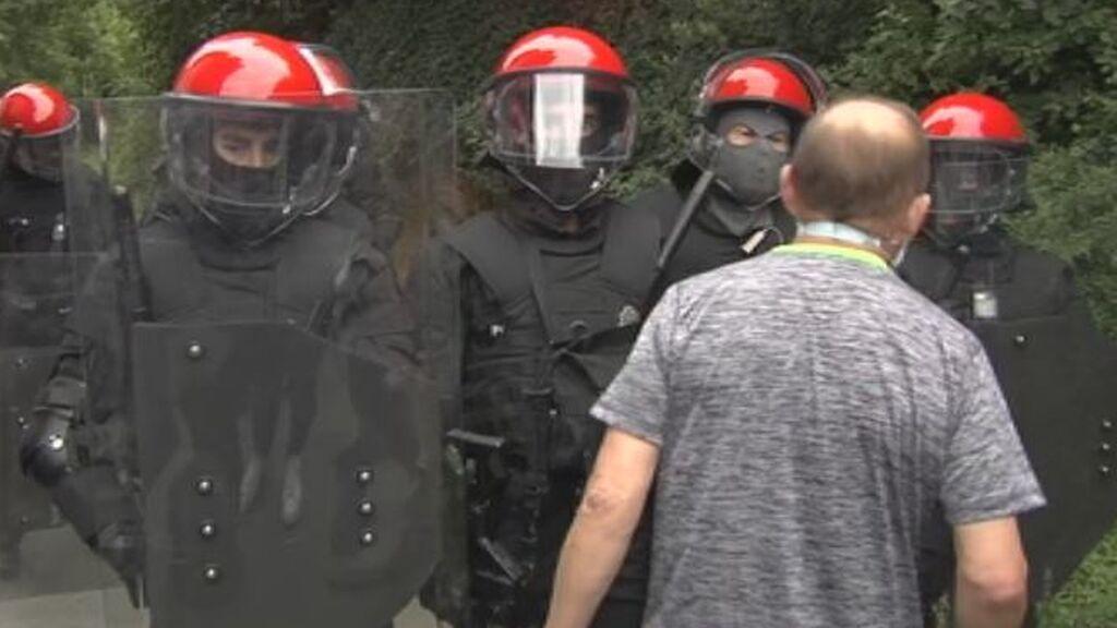 Cientos de vecinos intentan desalojar una casa ocupada a un anciano en Vizcaya