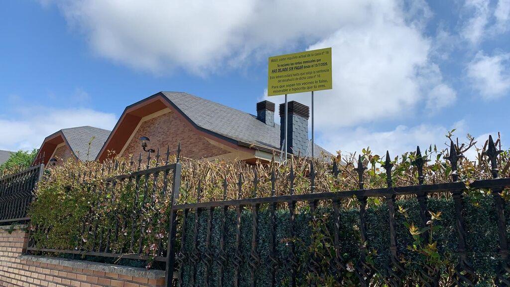 El cartel situado en el jardín de la casa contigua a la del presunto inquilino deudor