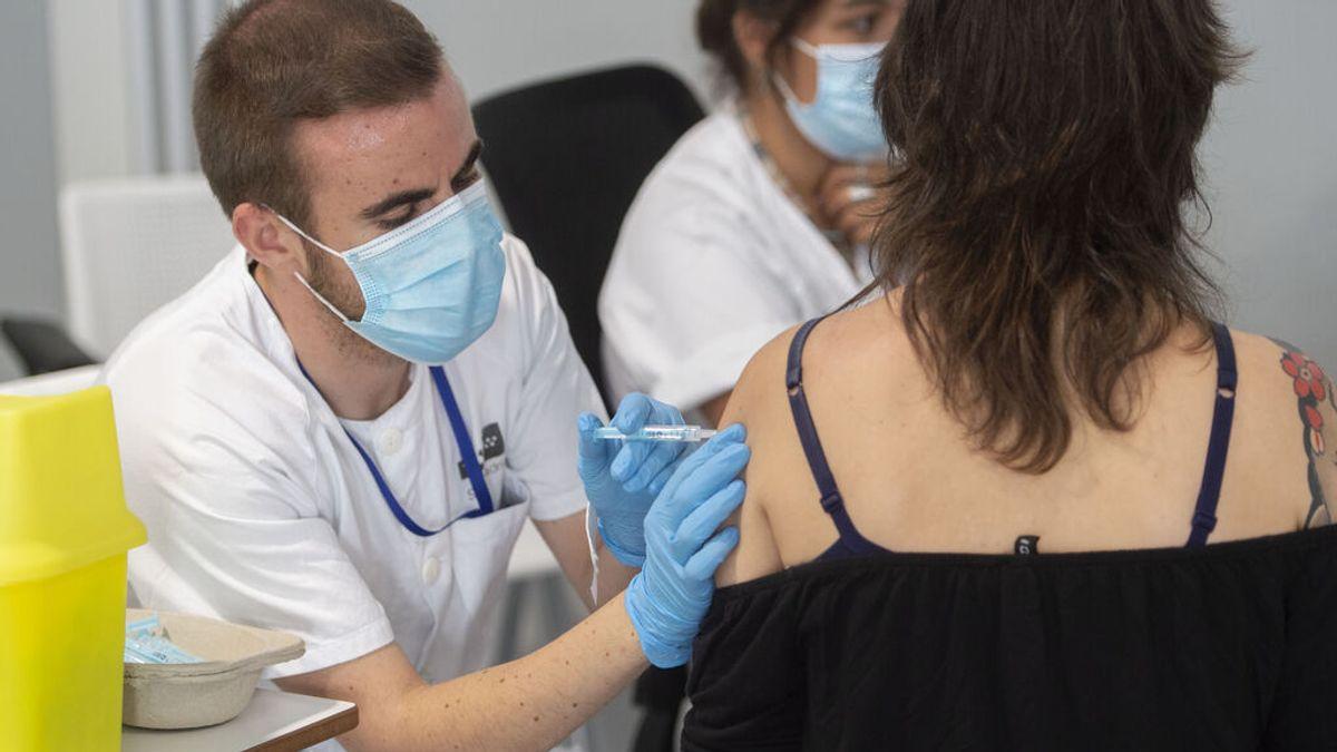 """Andalucía y Galicia señalan el """"excedente"""" de vacunas que almacena Madrid para pedir más dosis a Sanidad"""