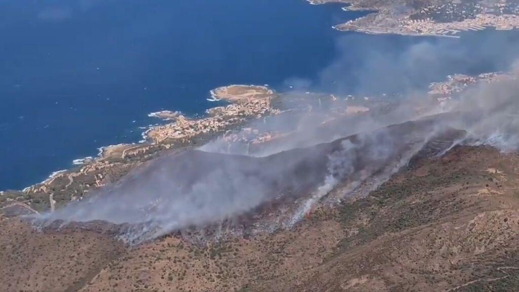 Un incendio arrasa un centenar de hectáreas de Llançà y Port de la Selva, Girona