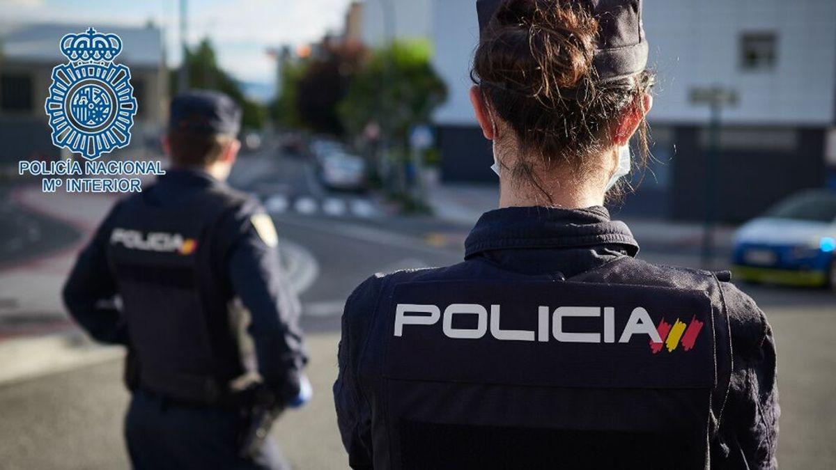 Un policía evita 'in extremis' que un joven se lance al vacío por la ventana del salón de su casa