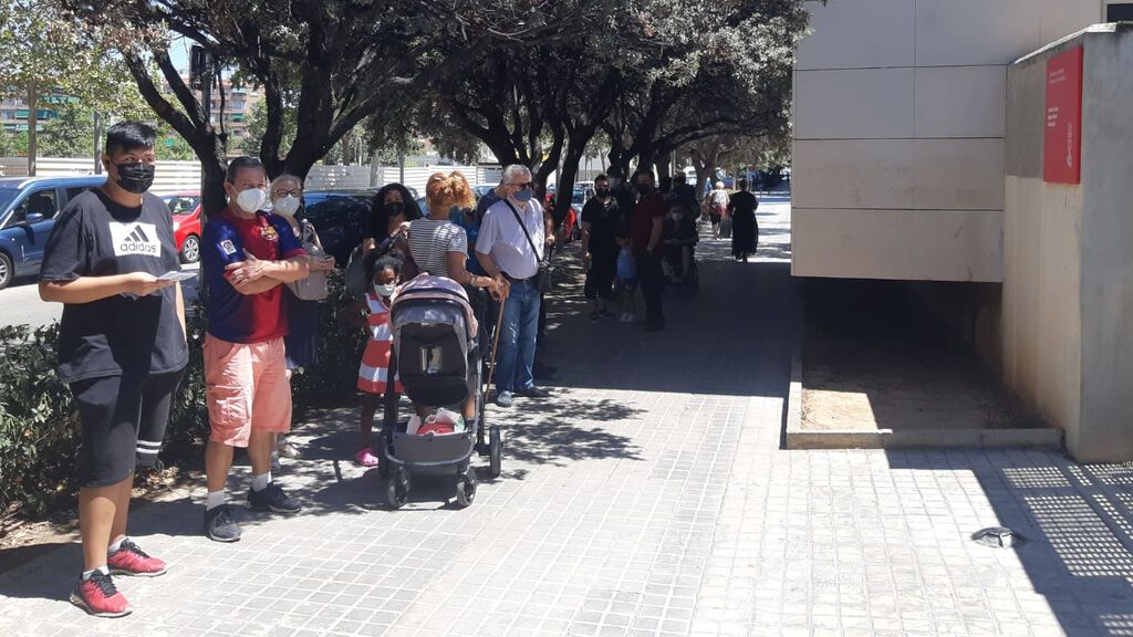 Largas colas para ser atendido en un centro de salud de Valencia desesperan a pacientes y empleados
