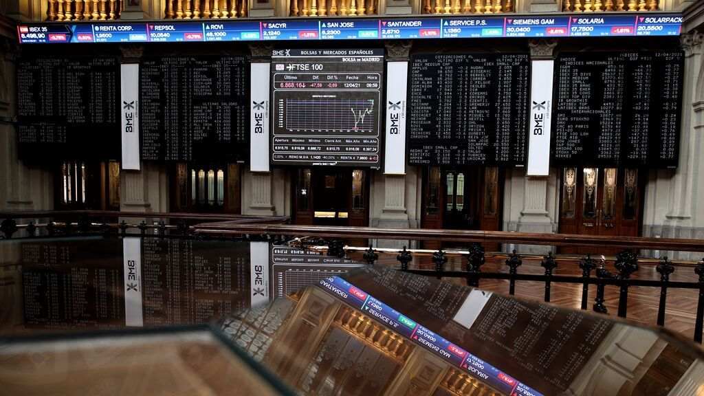 Economía/Bolsa.- El Ibex 35 cede un 2,40% y cierra al borde de los 8.300 puntos ante el incremento de contagios