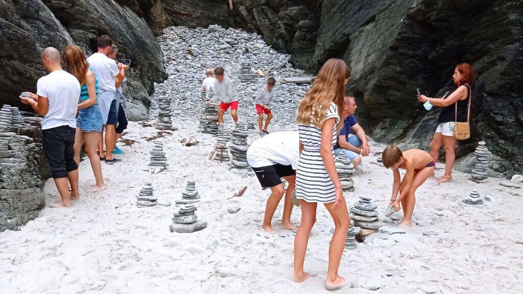 Amontonar piedras en la Playa de As Catedrais: una moda que daña el medioambiente