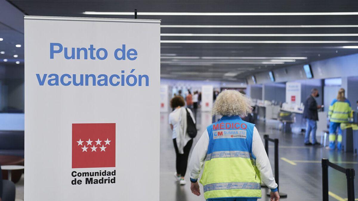 """Madrid deja de citar para vacunar con Pfizer y retrasa segunda dosis """"por falta de suministros"""" a pesar de haber almacenado viales"""