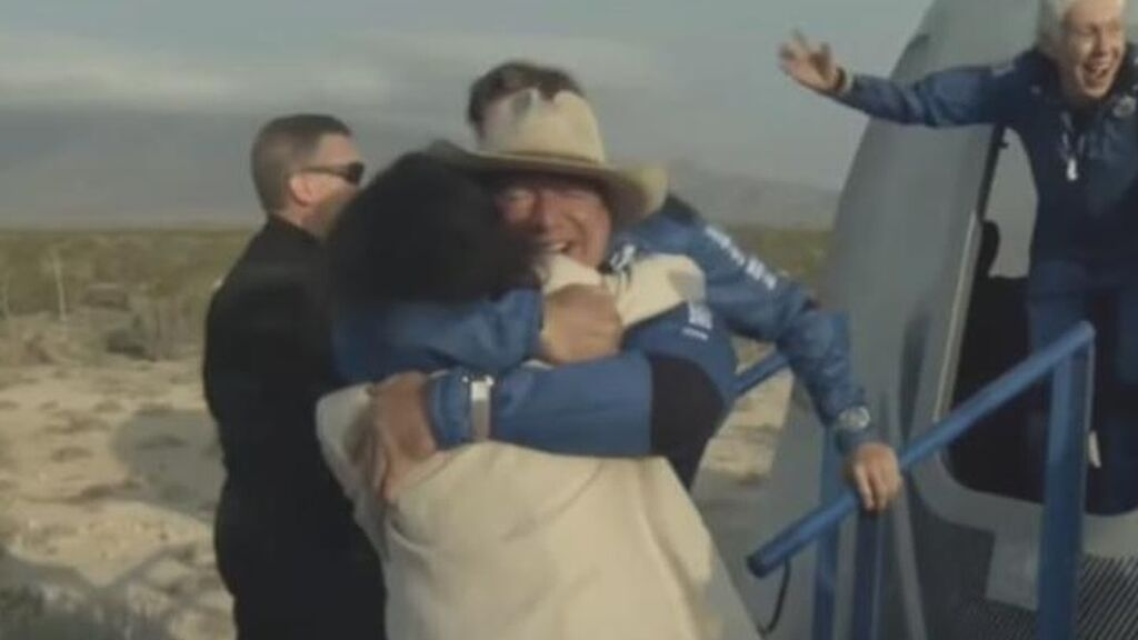 Jeff Bezos completa con éxito su viaje al espacio