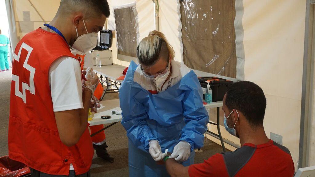 Cruz Roja asistiendo a los recién llegados