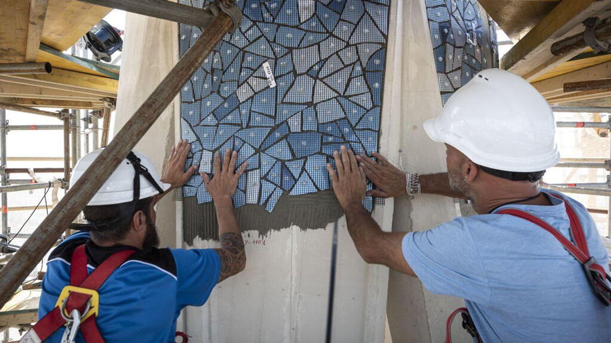 La nueva torre de la Sagrada Familia ya luce su mosaico
