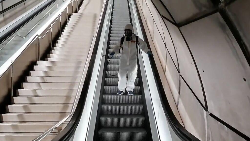 """El método de desinfección de las escaleras del metro de Bilbao ha desatado las risas en redes: """"El trabajador más eficaz"""""""
