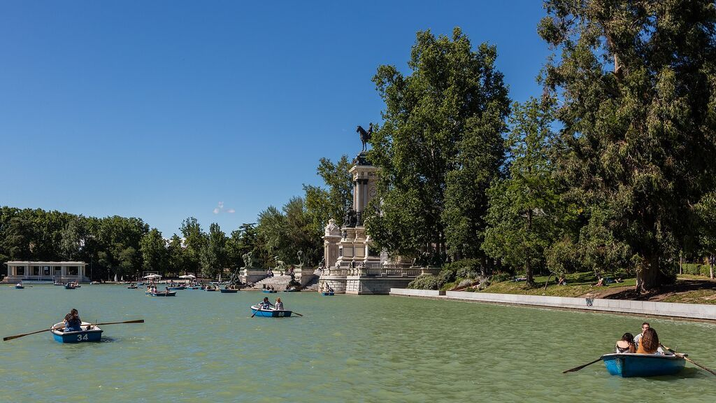 Barcas en el gran estanque del Retiro, en Madrid.