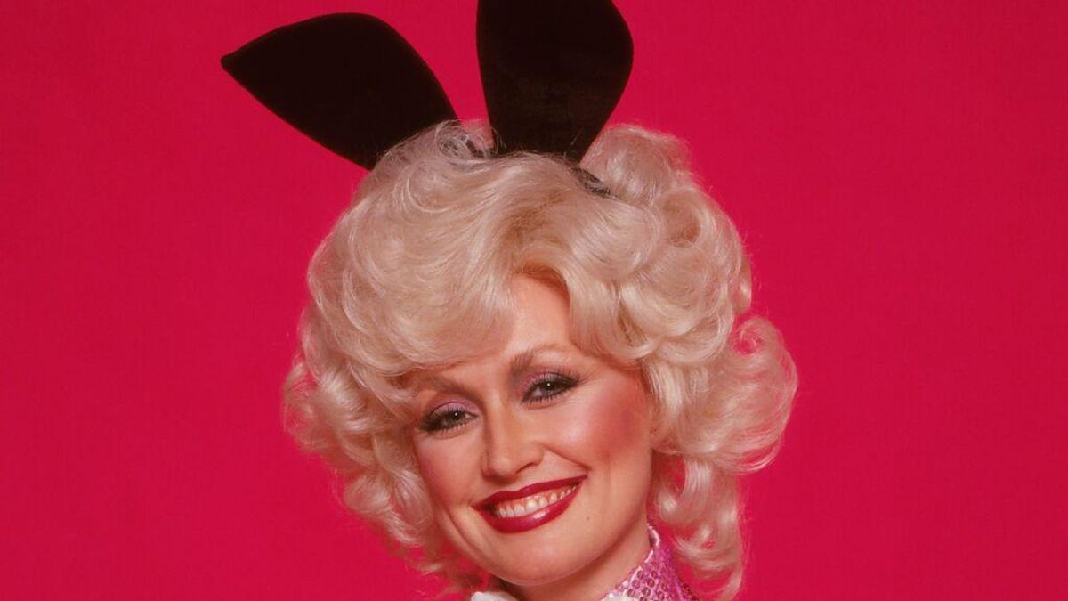 Dolly Parton sorprende a su marido vestida de conejito de Playboy, 43 años después de su portada