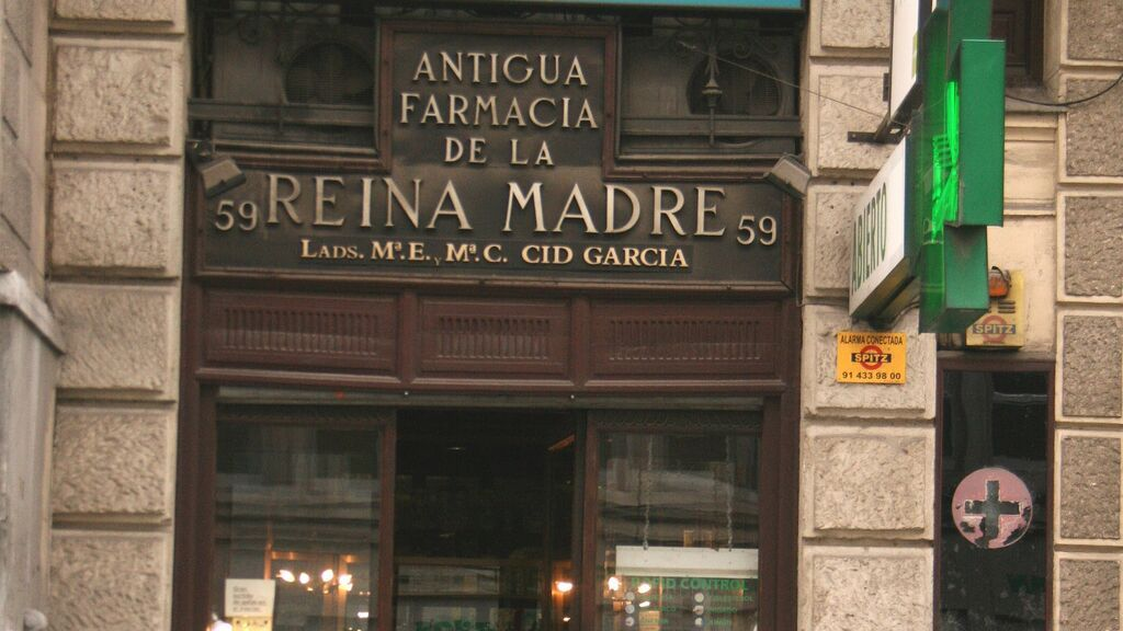 Cartel de una farmacia histórica del centro de la capital.
