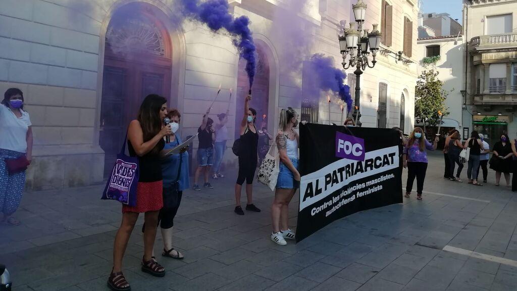 Humo violeta en las concentraciones por la mujer asesinada en Sabadell: su pareja escondió el cadáver en un baúl