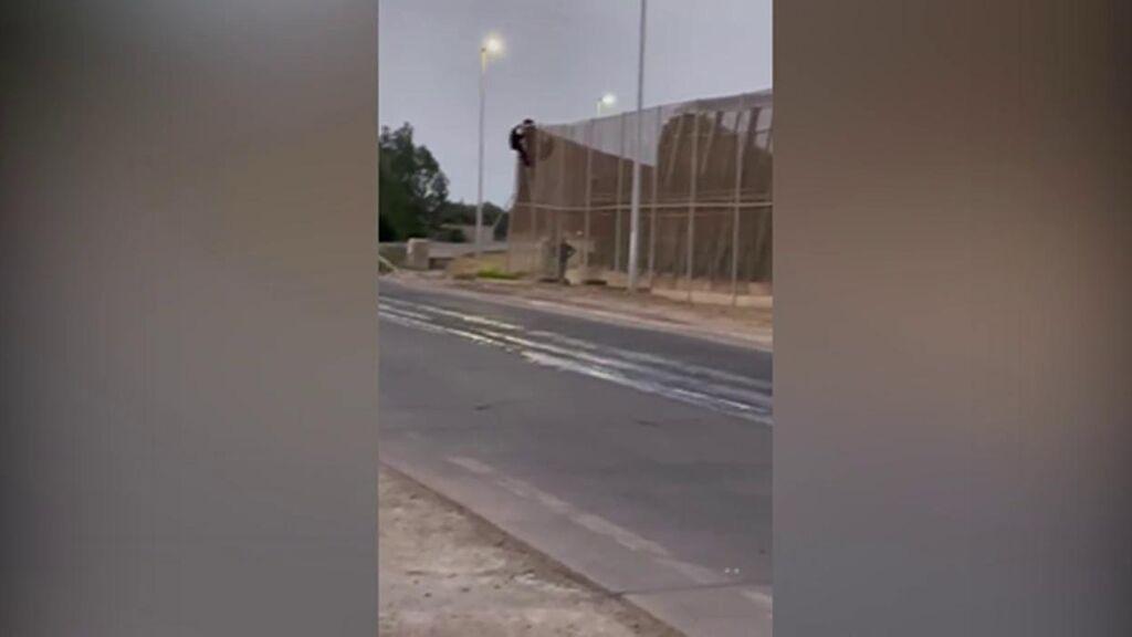Más de 200 personas  saltan la valla de Melilla