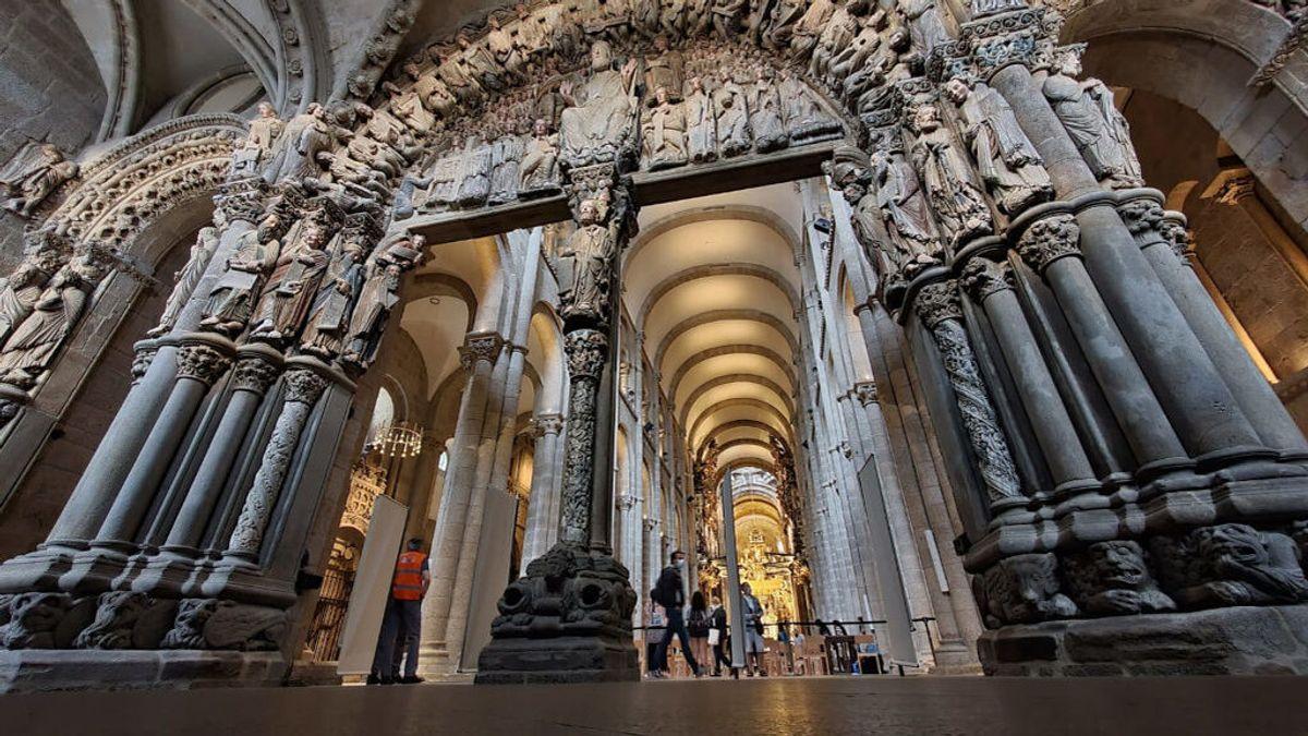 El Pórtico de la Gloria ya está libre de la 'cápsula' que lo separaba de la Catedral de Santiago