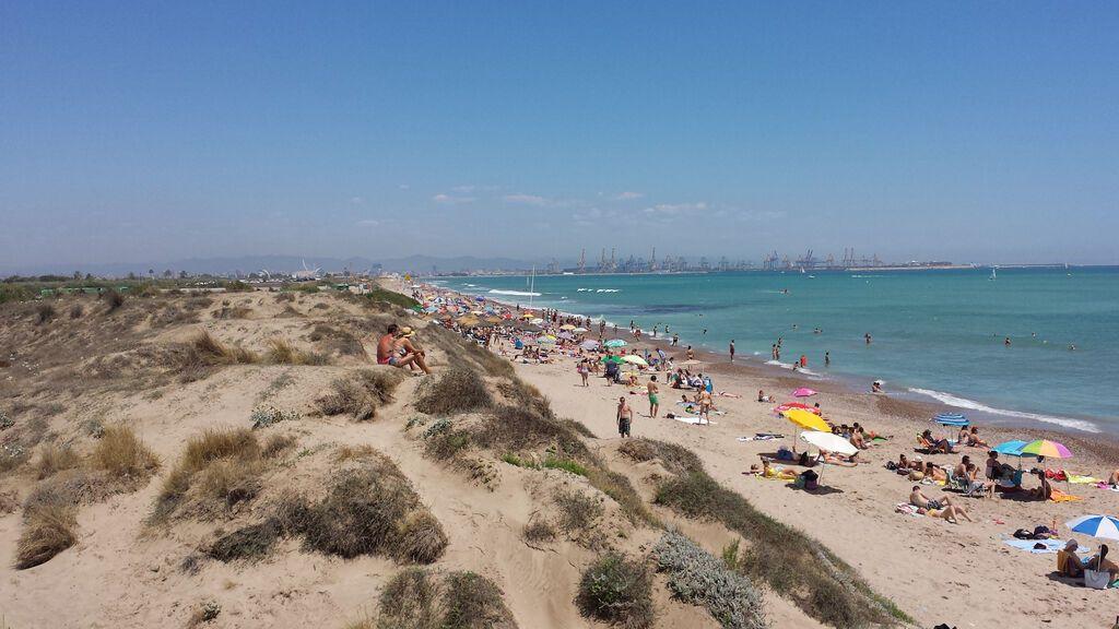 Playa de Pinedo, con el puerto de Valencia al fondo.