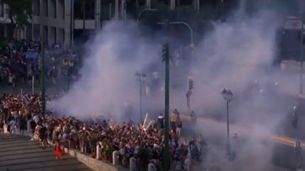 Los negacionistas antivacuna griegos se enfrentan a la policía