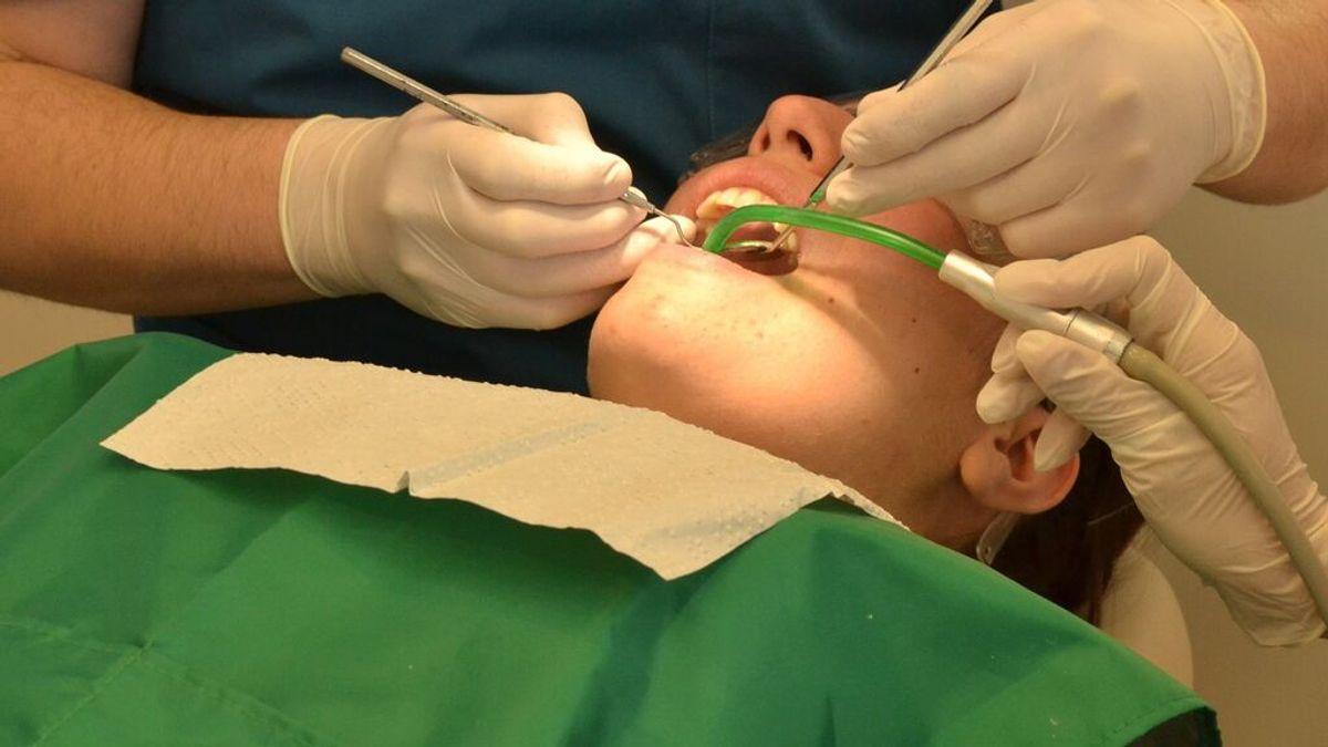 Una mujer entra en coma tras un dolor de muelas y acaban extirpándole parte del cráneo: la infección se expandió