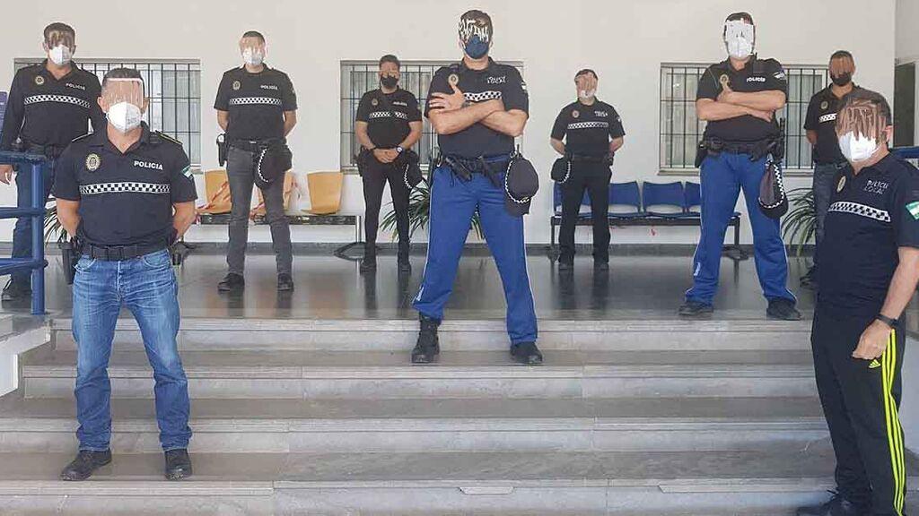 Agentes de la Policía Local de El Puerto de Santa María, en pantalones de calle, ante la comisaría