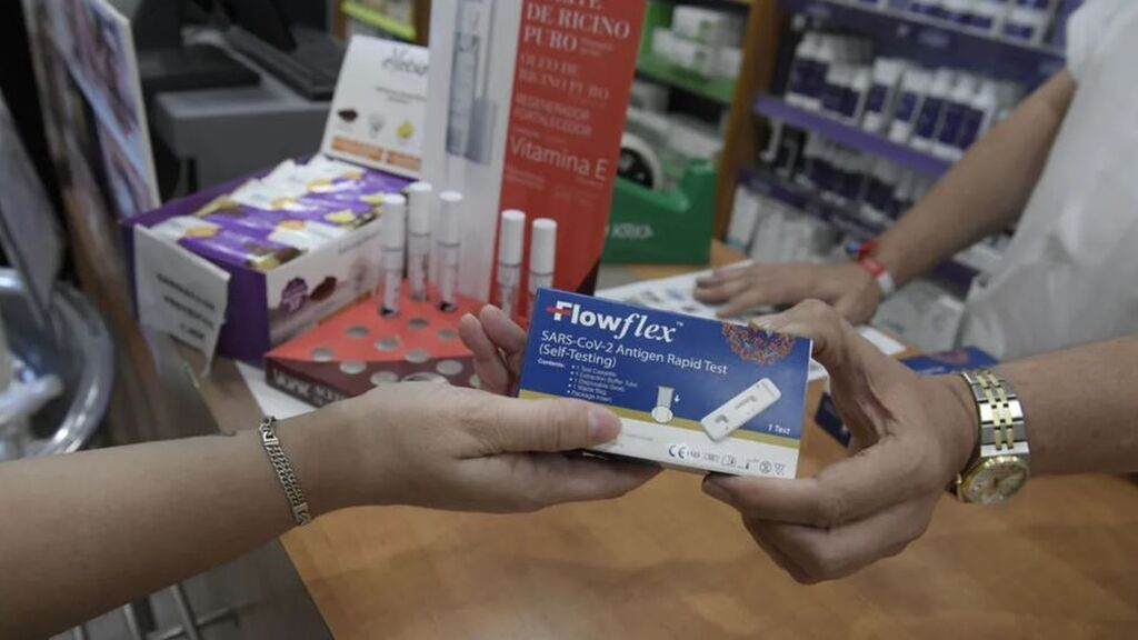 Las farmacias se quedan sin tests de antígenos el primer día de venta