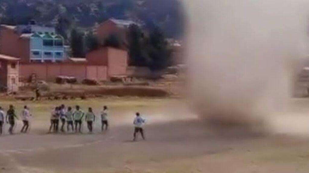 Un espectacular remolino interrumpe un partido de fútbol en Bolivia