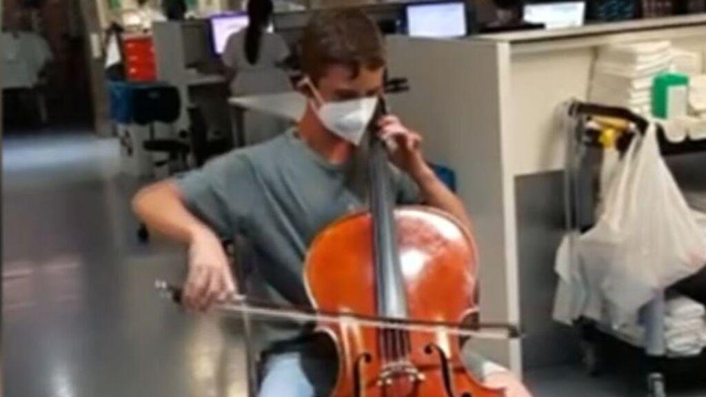 Pau, de 13 años, logra que a su padre le quiten el respirador tras un concierto en plena UCI de covid