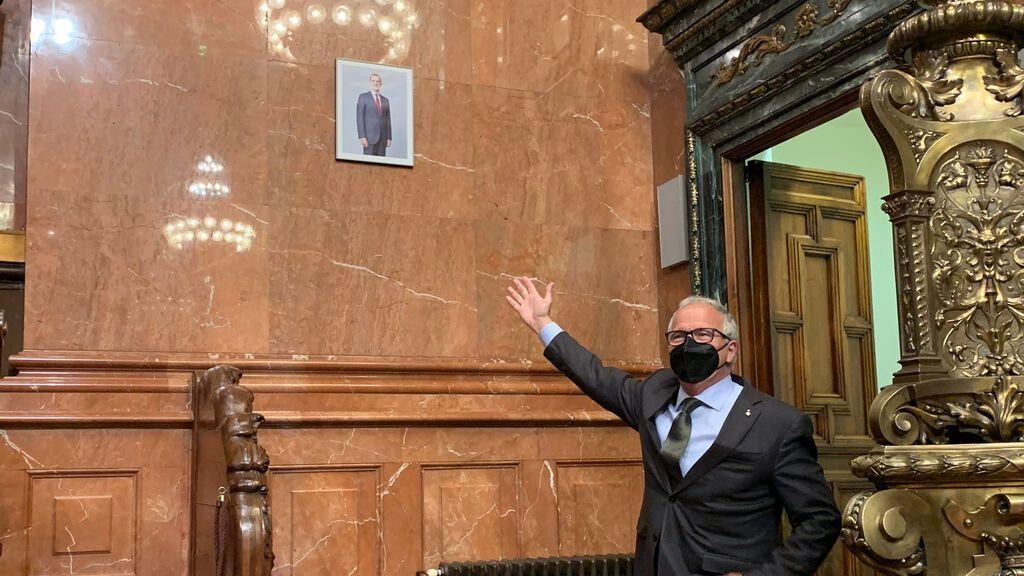 El PP critica las reducidas dimensiones del retrato del rey en el Ayuntamiento de Barcelona