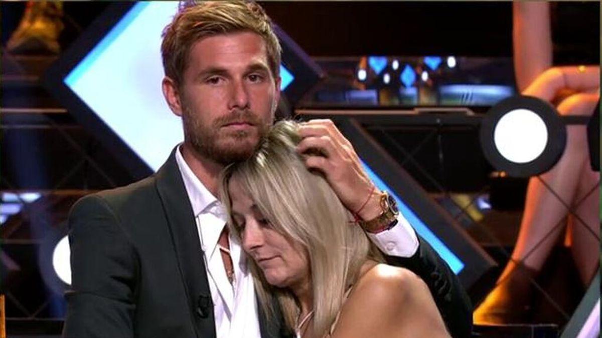 El abrazo de Tom a Nela, madre de Melyssa
