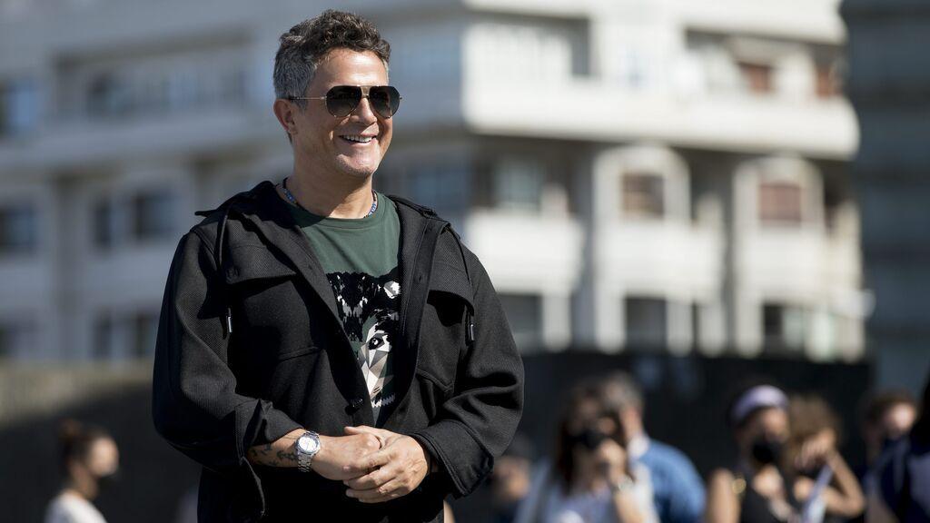 Camisa, canas y una actuación histórica: Alejandro Sanz versiona 'Imagine' en la ceremonia inaugural de los Juegos Olímpicos