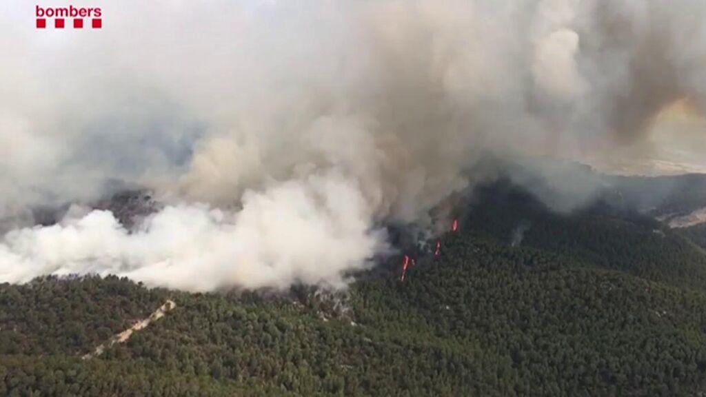 El fuego en Santa Coloma de Queralt, Tarragona, arrasa ya 1.200 hectáreas: hay un centenar de desalojados