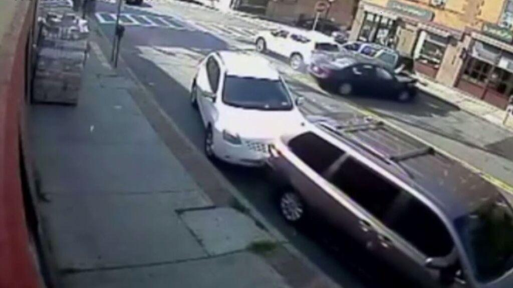 Borracho y sin carnet, atropella con su coche a una madre y su bebé y se empotra dentro de una barbería