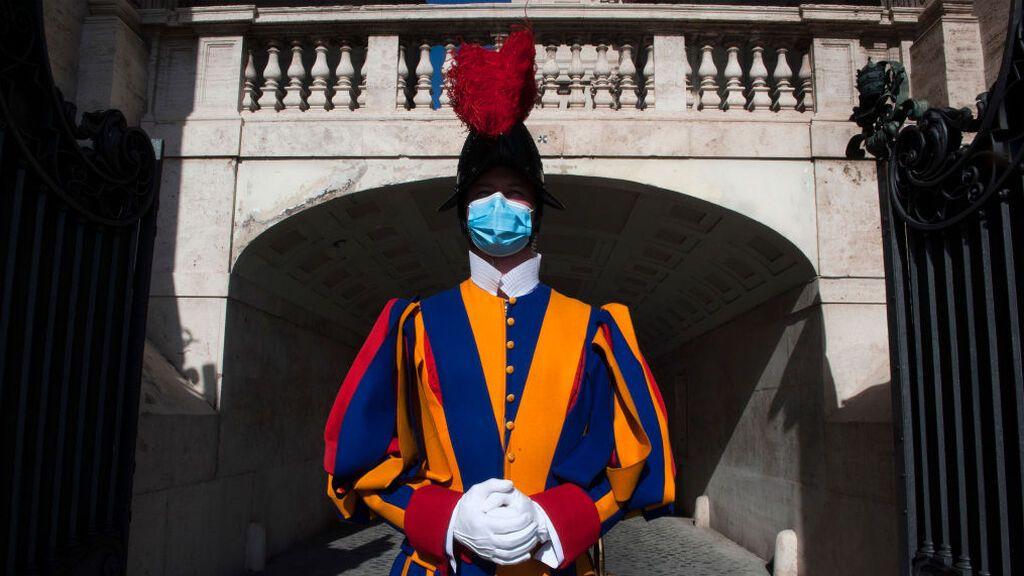 Un miembro de la Guardia Suiza en la Ciudad del Vaticano
