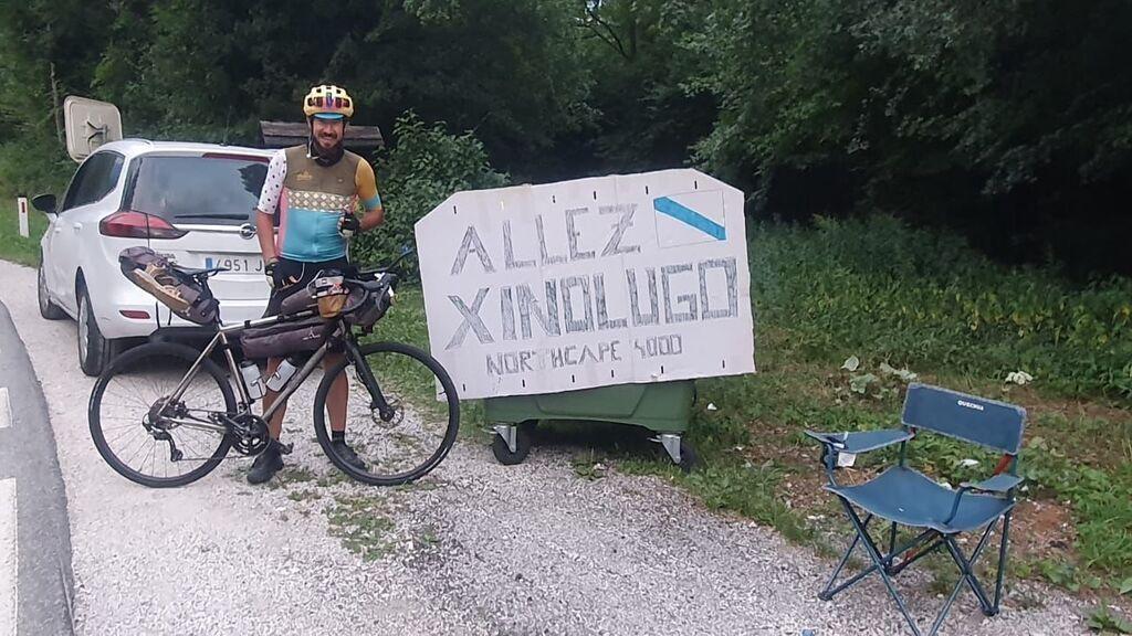 Un amigo sorprende a Javier con un cartel de ánimo a su paso por Eslovenia