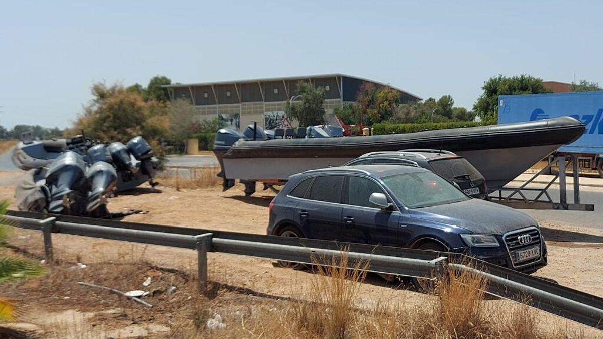 Narcolanchas y coches intervenidos en plena calle de una urbanización de Sevilla