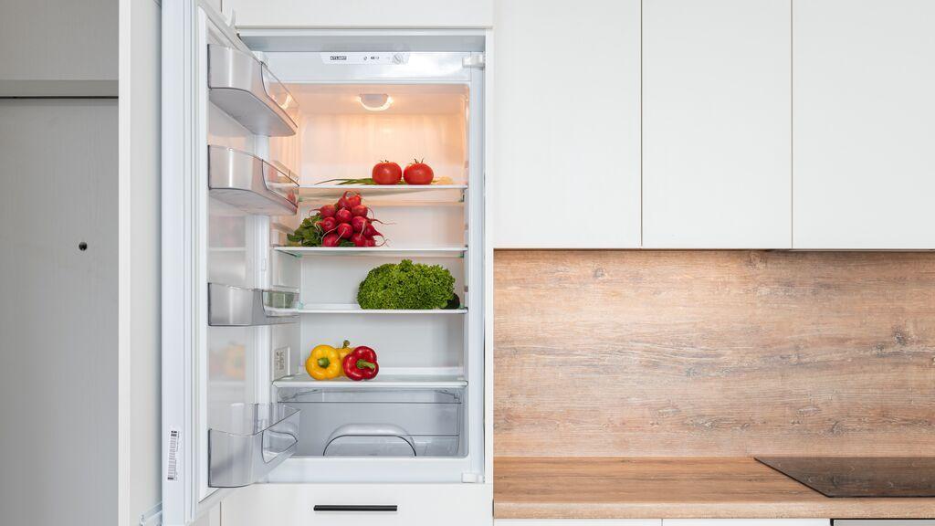 Agua caliente, azúcar y vainilla: la mezcla viral para mantener tu frigorífico impoluto