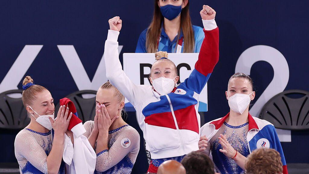 El equipo ruso celebra su victoria en la final de grupos en gimnasia