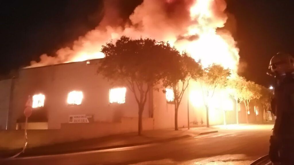Los Bombers trabajan en un incendio en un almacén de Montblanc