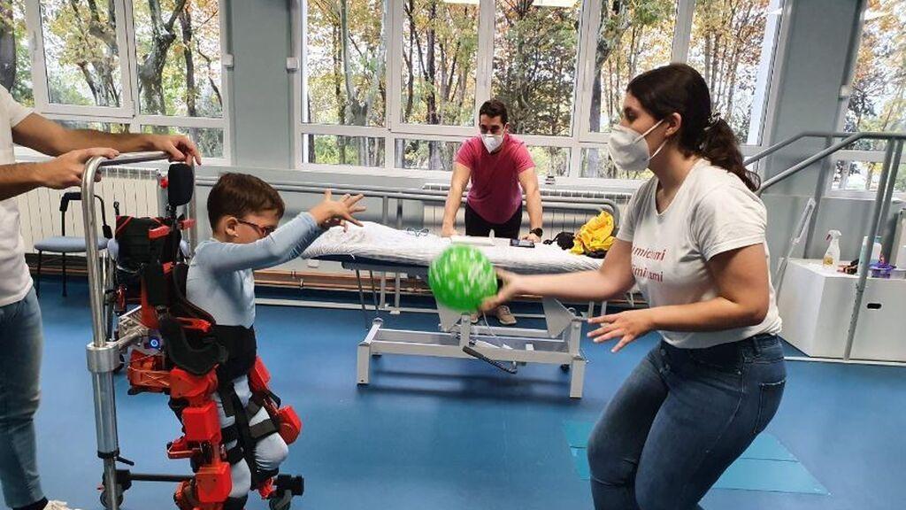 """Jorge, de 11 años y con una lesión motora, vuelve a caminar gracias a un exoesqueleto: """"Se siente un súper héroe"""""""