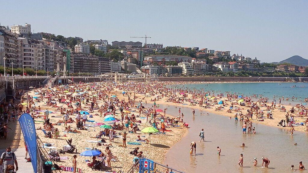 Una diseñadora lanza una colección de moda sostenible con toldos de playas de San Sebastián