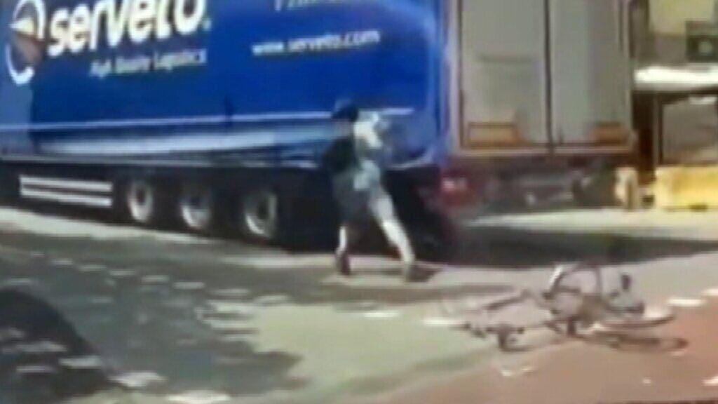 Un camión casi arrolla a un ciclista en el Eixample de Barcelona