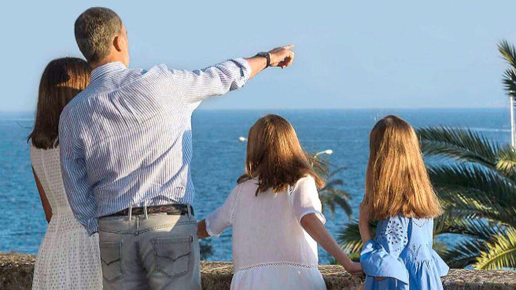 Discretas, cerca de España y en familia: así serán las vacaciones privadas de los reyes